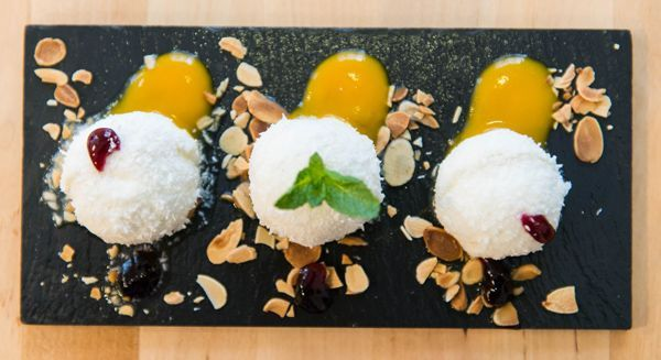 Bolitas de yogur con corazón de mango bañadas en coco