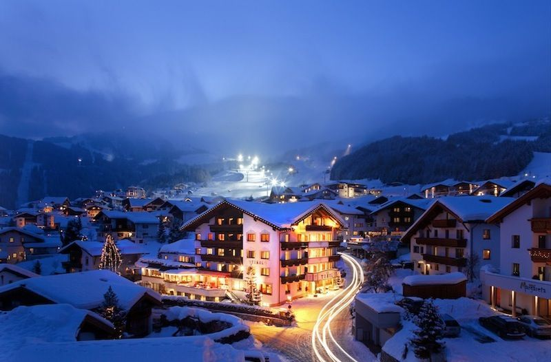 Hotel-Tirol_Aussenaufnahme-Winter-bei-Nacht_01