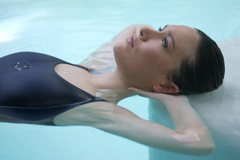 Flotar en  el agua contra el estrés, un remedio natural en el spa del Balneario de Mondariz
