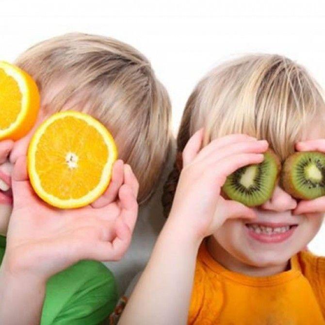 Niños fuertes y sanos tomando golosinas