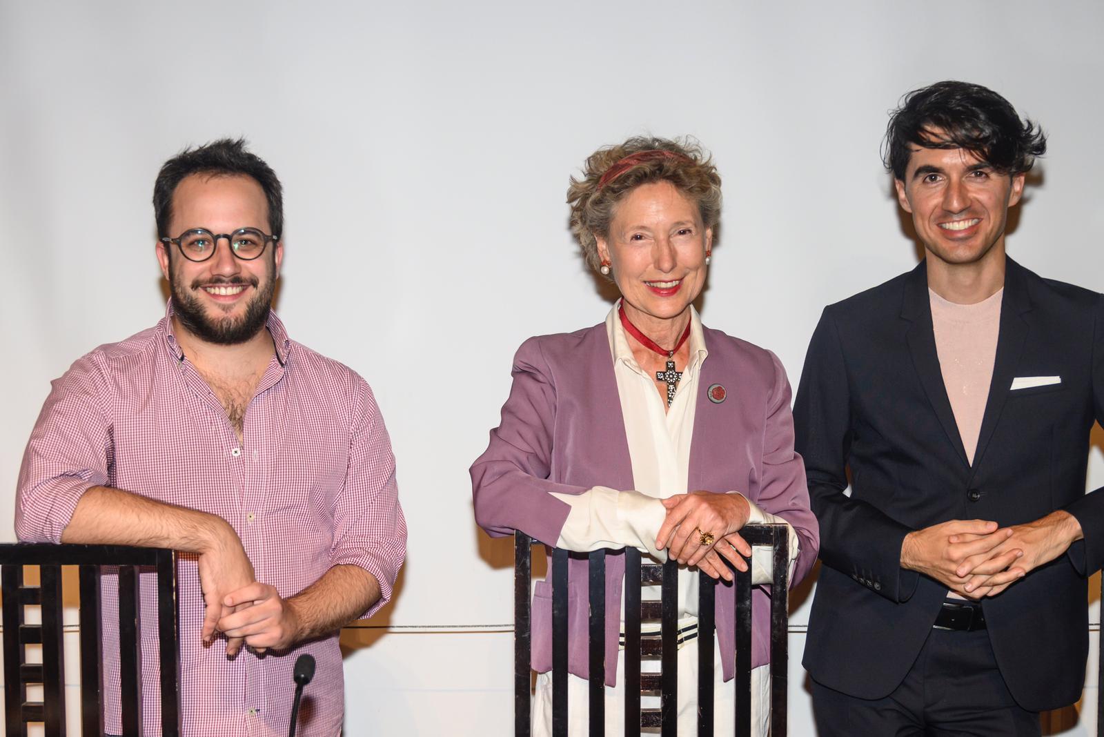 Lola Gavarrón con Miguel Albero y José Luis-Garde que presentaron el acto.